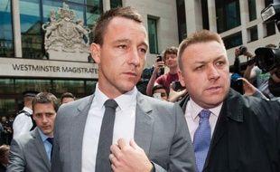Le défenseur de l'équipe d'Angleterre et de Chelsea John Terry, a été acquitté vendredi dans une affaire d'insultes racistes envers le joueur Anton Ferdinand, à l'issue d'un procès de cinq jours à Londres.
