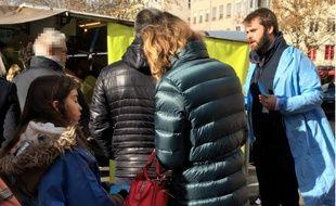 Les personnels de l'hôpital de la Croix-Rousse sont allés à la rencontre des patients sur les marchés afin de les alerter sur le projet de transfert de la greffe de foie vers Edouard Herriot.