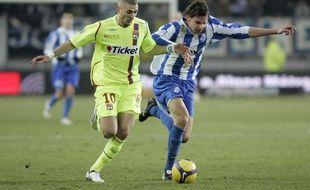 Ici opposé à l'OL de Karim Benzema en janvier 2009, Sandy Paillot a disputé au total 60 matchs de L1 et L2, de 2008 à 2011, sous le maillot grenoblois.