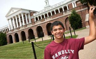 Joseph Rosenfeld, le jeune Américain qui a repéré l'erreur sur une équation exposée au Musée de la Scien ce devant le lycée John Handley , à Winchester, en Virginie, le 23 juin 2015.