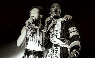 Maurice White (droite) et Philip Baily, du groupe Earth, Wind & Fire, en 1978.