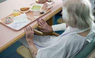 Une personne âgée prend son repas à l'hôpital d'Argenteuil (image d'illustration).