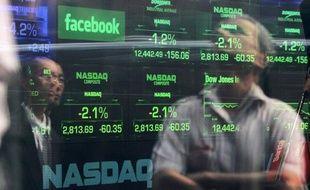 Les plaintes d'investisseurs qui s'estiment lésés par l'entrée en Bourse ratée de Facebook se multipliaient mercredi, visant à la fois le réseau social en ligne et les banques qui ont géré l'opération boursière.