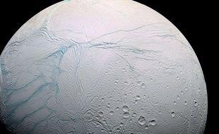 La lune Encélade photographiée par la sonde Cassini en 2009.