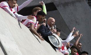 L'entraîneur de l'Ajax, Erik Ten Hag, présentant avec ses joueurs le trophée du champion des Pays-Bas, à Amsterdam le 2 mai 2021.