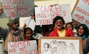 Manifestations féministes contre Miss Monde en Inde en 1996