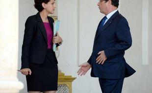 """François Hollande a salué mercredi en Conseil des ministres les mesures de simplification élaborées par le gouvernement soulignant qu'elles permettraient à la fois une réduction des coûts pour les entreprises et """"un allègement de la vie"""" des Français, a rapporté Najat Vallaud-Belkacem."""