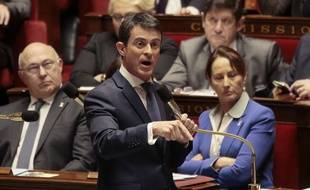 Le Premier ministre Manuel Valls s'adresse au députés lors des questions au gouvernement, à l'Assemblée Nationale, à Paris, le 25 novembre 2015.