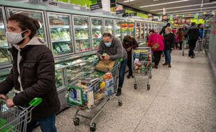 Une file d'attente en Angleterre après des mouvements de foule suite à la nouvelle mutation du coronavirus
