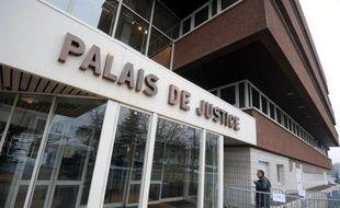 """Les parents d'un adolescent de 13 ans qui s'est suicidé vendredi en Savoie ont porté plainte pour """"homicide involontaire"""" et """"non-assistance à personne en danger"""", alors qu'ils avaient déjà porté plainte pour des brimades subies de la part d'autres élèves au collège, a-t-on appris jeudi de source judiciaire."""