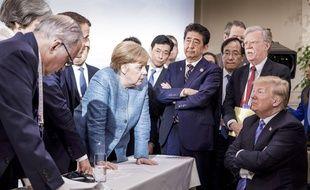 Cette photo, prise par le photographe officiel du gouvernement fédéral allemand, montre Angela Merkel, parlant avec Donald Trump lors du G7 à La Malbaie, au Canada, le 9 juin 2018.