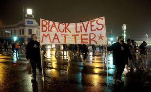 Des manifestants brandissent une pancarte sur laquelle est écrite «La vie des noirs a de l'importance», le 23 novembre 2014.