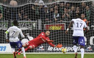 Stéphane Ruffier repousse sur son poteau le penalty tenté par Max-Alain Gradel, ce dimanche à Saint-Etienne.