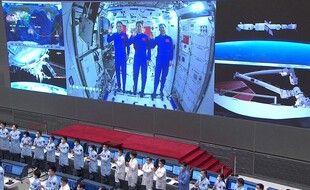 Vu depuis le centre spatial chinois, les trois astronautes chinois dans la station spatiale, fin juin.