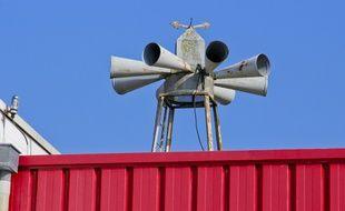 Une sirène d'alerte sur le toit d'une caserne de pompiers (Illustration).