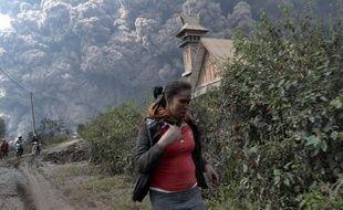 Onze personnes ont été tuées samedi après avoir été englouti par les nuages de cendres brûlants du volcan Sinabung en Indonésie lors de sa plus forte éruption de ces derniers jours, ont indiqué des responsables.