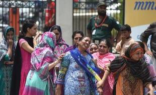 Des femmes pleurent des proches tués dans une attaque contre un autobus transportant des musulmans de la minorité chiite le 13 mai 2015 à Karachi