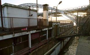 Une péniche aménagée par Le Corbusier, classée monument historique et amarrée au port d'Austerlitz sur le Seine à Paris, a coulé samedi à la suite d'une avarie.