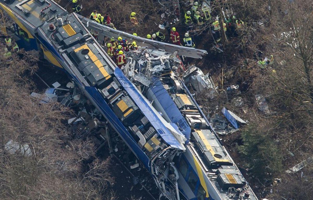Un choc frontal entre deux trains régionaux, survenu mardi matin dans le sud de l'Allemagne. – Peter Kneffel / dpa / AFP