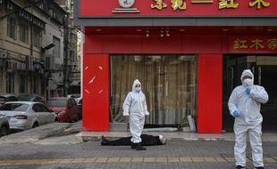 Cette photo d'un homme mort à Wuhan est accusée d'induire le public en erreur par certains.