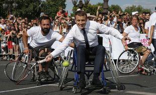 Emmanuel Macron joue au tennis en fauteuil sur le pont Alexandre-III à Paris, le 24 juin 2017.