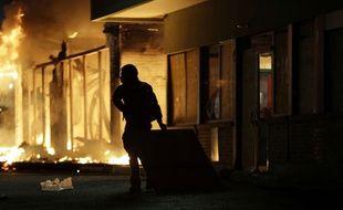 Un homme dans les rues de Ferguson durant des émeutes, le 25 novembre 2014.
