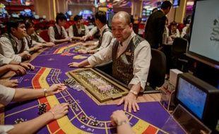 Un employé du casino Sands à Macao photographié le 19 septembre 2012