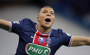 Le PSG Kylian Mbappe célèbre après avoir marqué le deuxième but de son équipe lors de la finale de la Coupe de France entre le Paris Saint Germain et Monaco au stade de France, à Saint Denis, au nord de Paris, le mercredi 19mai 2021.