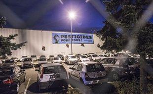 Greenpeace a installé une affiche sur la façace de la centrale d'achat de Leclerc pour dénoncer l'usage des pesticides.