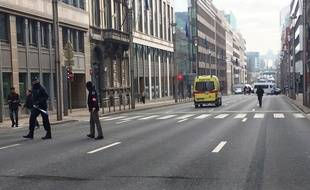 La police belge bloque la rue de la station de métro Maelbeek après une série d'explosion dans la capitale, le 22 mars 2016.