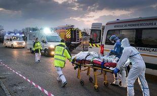 Un transfert de patient au plus fort de la crise en mars 2020.