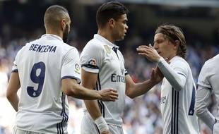 Pepe (au centre), entre Karim Benzema et Luka Modric, dimanche contre Alavès.