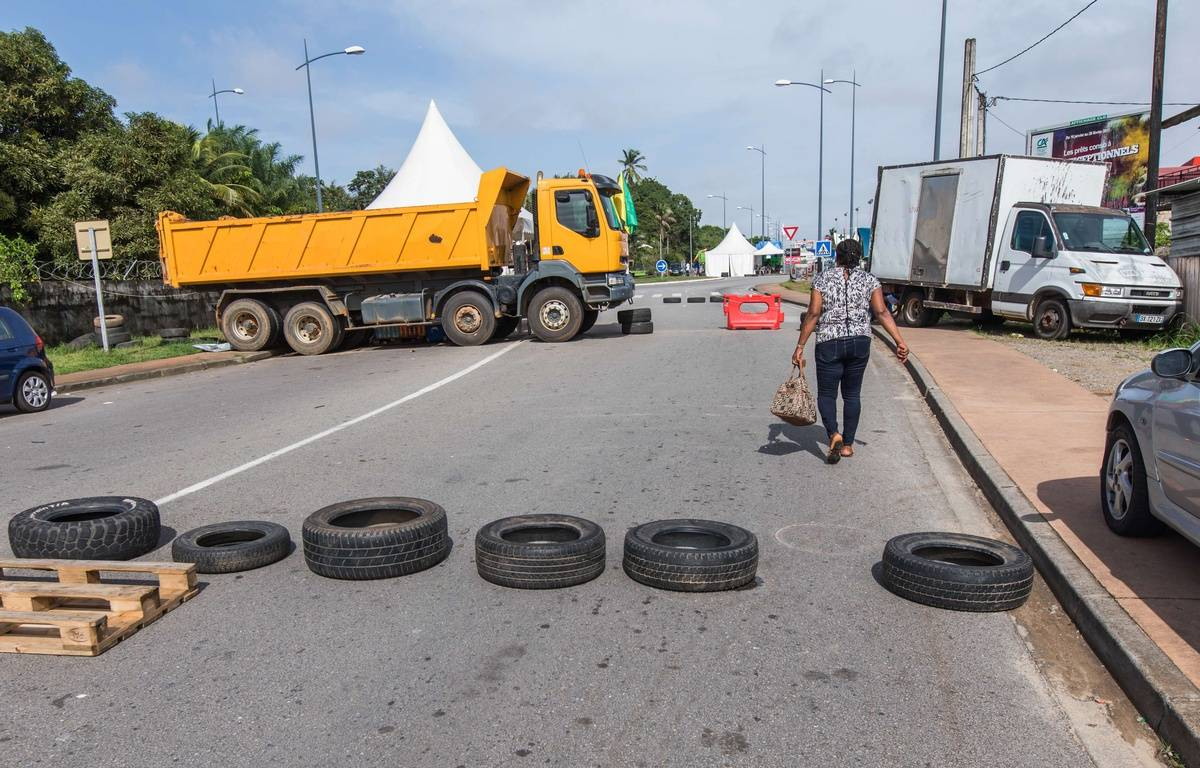 Un barrage routier à un rond-point en Guyane, le 11 avril 2017. – NICOLAS QUENDEZ/SIPA