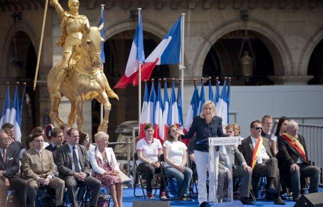 La présidente du Front National, Marine Le Pen, lors de son discours devant la statue de Jeanne d'Arc, le 1er mai, 2011 à Paris.