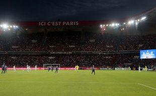 """Vue générale du Parc des Princes avec le slogan """"Ici c'est Paris""""."""