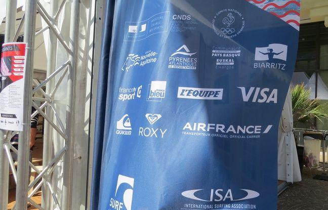 Un drapeau couvert de sponsors