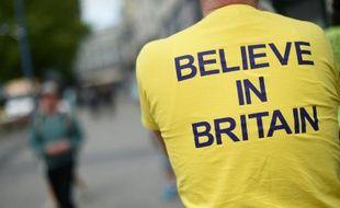 """Un militant pro-Brexit portant un T_shirt disant """"Croyez en la Grande-Bretagne"""" à Birmingham le 31 mai 2016"""