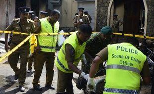 Au Sri-Lanka, des forces de police fouillent les décombres d'une des églises ciblées par une vague d'attentats ce dimanche.