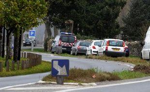 Des véhicules de la gendarmerie stationnent le 9 mars 2015 sur la route de Barsac (Gironde) où le corps d'une jeune enfant de 9 ans a été tuée par balle