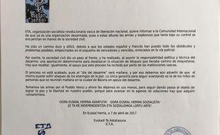 Photo diffusée par la BBC d'une lettre adressée à la communauté internationale par ETA, datée du  7avril 2017, indiquant son désarmement total le  8 avril 2017.