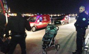 Policiers et pompiers à la recherche du corps d'un nourrisson qui aurait été jeté dans la Garonne à Bordeaux, le 11 novembre 2014.