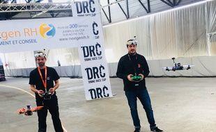Fabien et Jim (de gauche à droite) avec leur drone respectif.