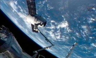 La capsule Dragon, de la société privée SpaceX, s'est arrimée avec succès à la Station spatiale internationelle, le 25 mai 2012.