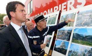"""Le ministre de l'Intérieur Manuel Valls, est venu mercredi à Orgon (Bouches-du-Rhône) """"rendre hommage"""" aux pompiers et aux différents services qui ont lutté contre l'incendie, qui a brûlé plus de 400 hectares dimanche dans la commune, """"sans doute le feu le plus important de cet été"""", a-t-il souligné."""
