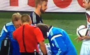 James Morrison (g.) et Christoph Kramer (d.) jouent à pierre-feuille-ciseaux pendant la blessure d'un joueur lors d'Ecosse-Allemagne, le 7 septembre 2014.