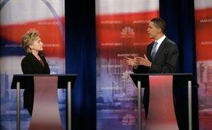 """""""Elle a voté pour la guerre, pour autoriser l'envoi des troupes en Irak et ensuite elle a dit que c'était une guerre en faveur de la diplomatie"""" a indiqué Obama lors d'un débat à Philadelphie organisé par la chaîne NBC."""