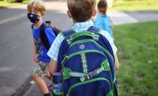 Des enfants portant un masque et retournant à l'école en pleine période de crise sanitaire due au Covid-19. (Illustration)